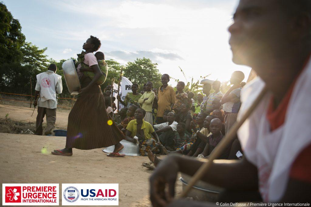 Les villageois attendent à l'entrée de la foire de semences de Lengé Wa bangi. 927 agriculteurs ont été identifiés comme bénéficiaires dans la région.
