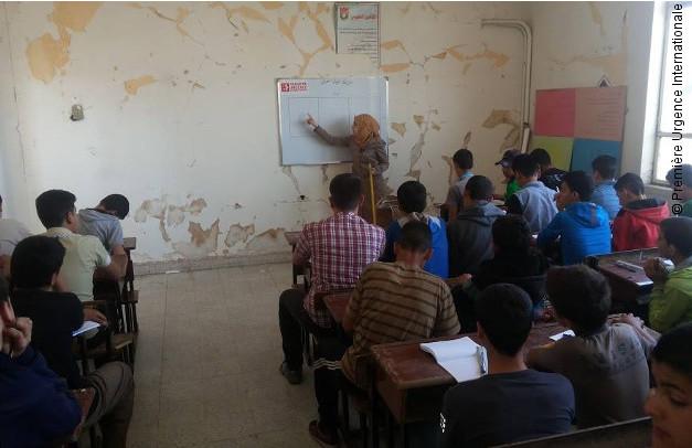 Une professeure enseigne à une classe d'étudiants