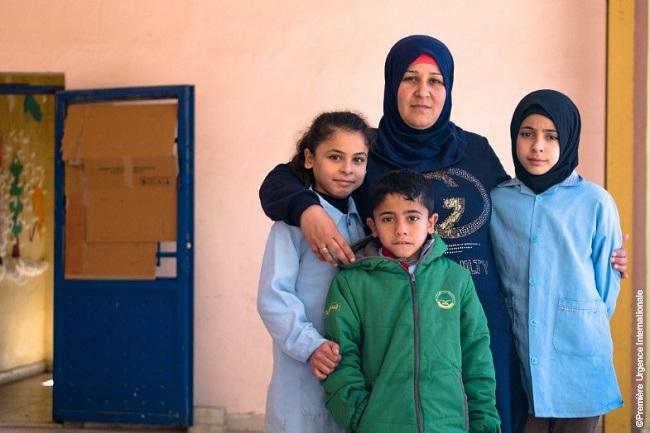 une réfugié syrienne avec ses trois enfants