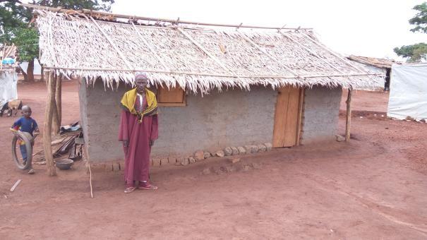 un réfugié centrafricain devant son abri