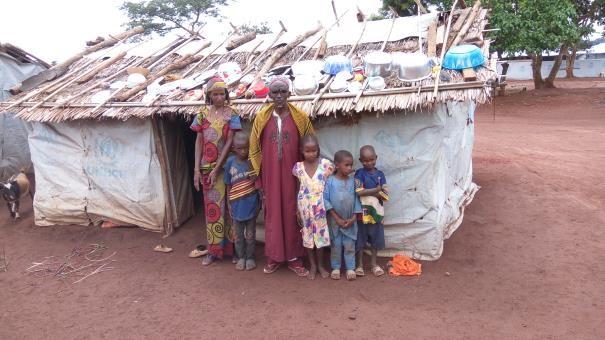 un réfugié centrafricain et sa famille devant un abri au cameroun