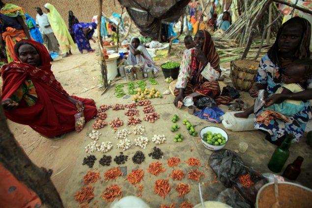 De la nourriture est disposée sur une bâche lors d'un marché aux vivres