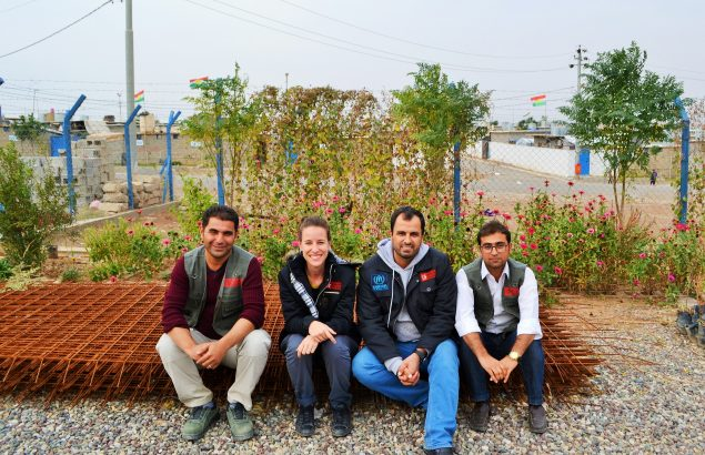 Une équipe de travailleurs humanitaires pose devant le camp de réfugiés syriens de Gawilan en Irak