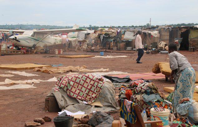 Allée d'un camp de réfugiés - Violences en Centrafrique