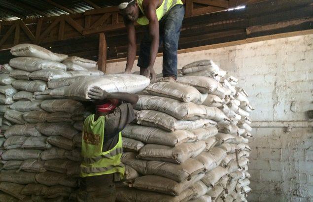 Deux hommes travaillent dans l'entrepôt humanitaire