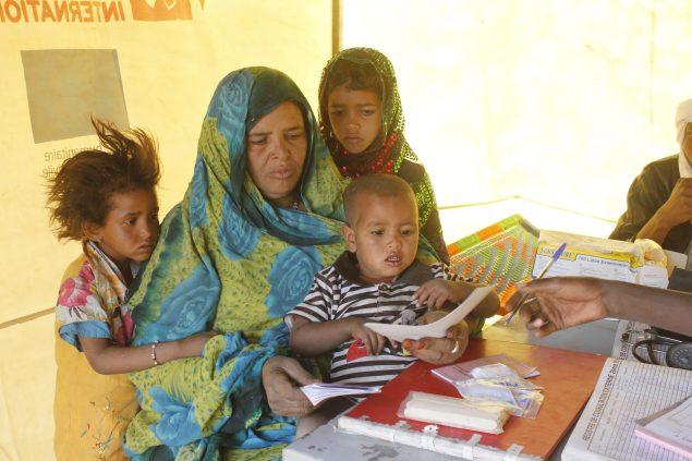 Une femme et ses enfants en consultation médicale