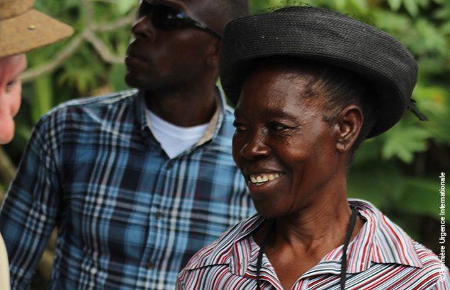 Haïtienne lors d'une cérémonie de remises d'abris core house
