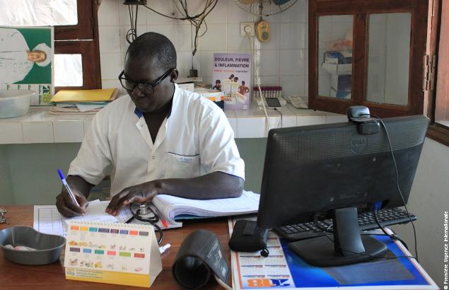 Le Docteur Mamadou Ndiaye à son bureau dans la Maison Médicale de Wassadou