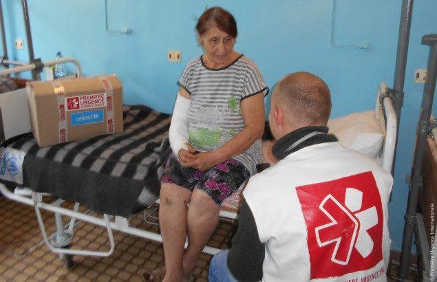 Liubov reçoit la visite de Première Urgence Internationale qui oeuvre dans les hôpitaux pour venir en aide aux victimes du conflit en Ukraine