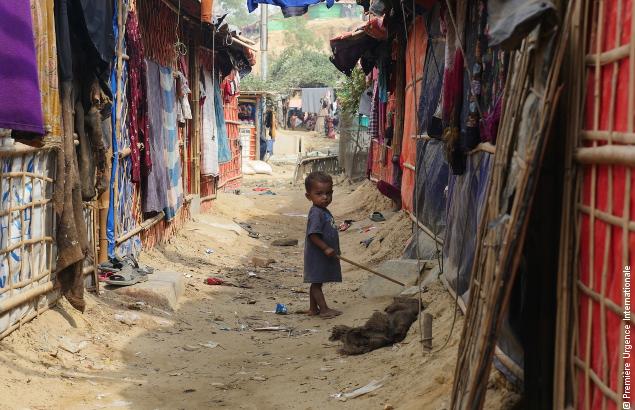 Petit enfant au milieu d'un camp Rohingya au Bangladesh