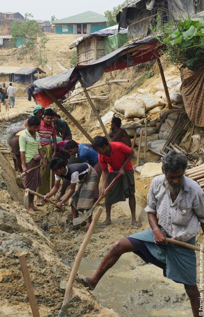 Des Rohingya oeuvrent ensemble pour la reconstruction de leur camp