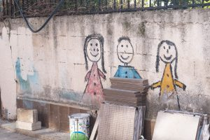 Mur de peinture avec dessins d'enfants