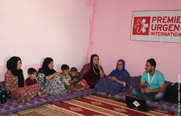 Des familles assistent à une séance de sensibilisation qui vise à apporter un soutien pour la scolarisation des réfugiés