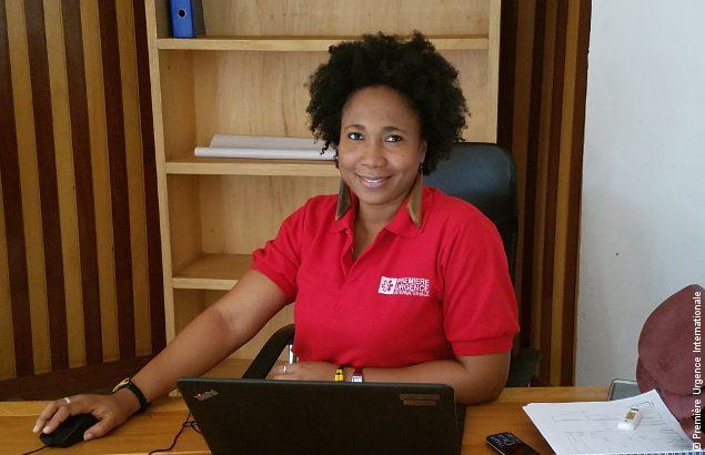 Noémie, coordinateur RH, à son bureau