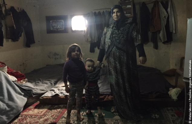 Hanan et son petit-fils dans leur cuisine, ils ont participé au programme d'aide financière au Liban de Première Urgence Internationale