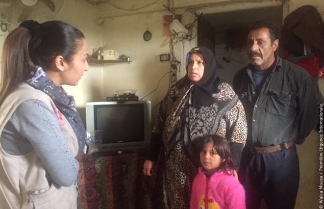 Madleen, chargé de protection, discute avec la père, la mère and leur fille dans le cadre du projet d'aide financière au Liban
