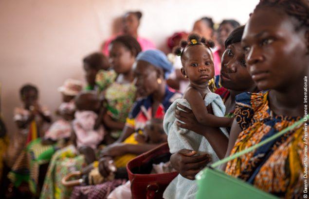 Des femmes patientent avant une consultation dans un centre de santé de Bangui que Première Urgence Internationale soutient dans le cadre de ses projets en santé en RCA