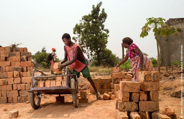 Approche communautaire en RCA : Des habitants de Bangui récupèrent des briques pour reconstruire leurs maisons