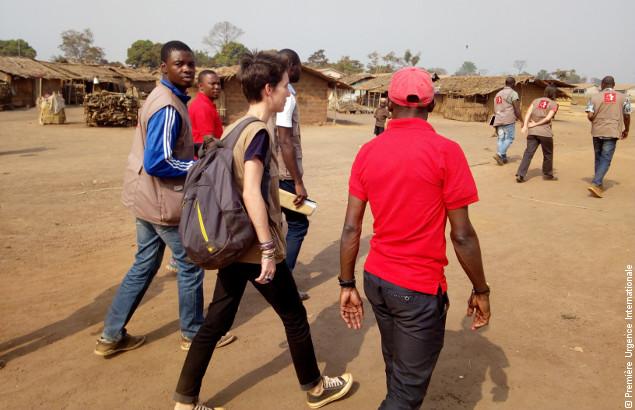 Nos équipes marchent dans le camp dans le cadre des activités de gestion de camp au Cameroun de Première Urgence Internationale