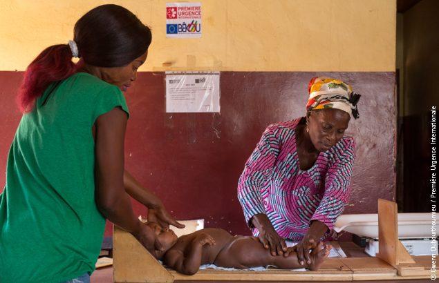 Un enfant bénéficie de soins gratuits dans le cadre du programme de santé à Bangui