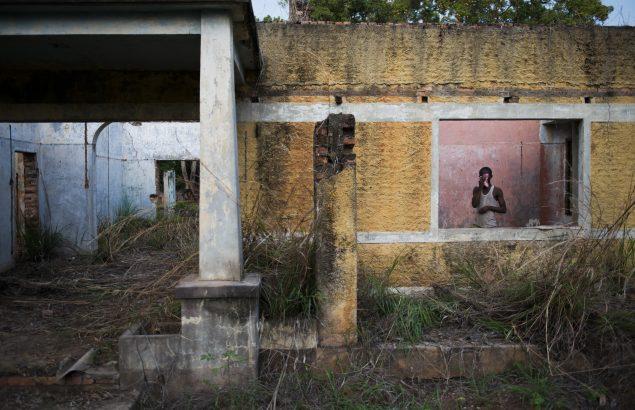 Un homme est devant une fenêtre