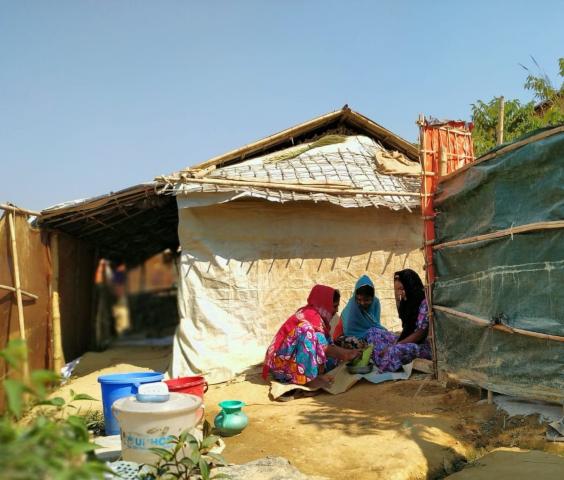 Fatema, réfugiée au Bangladesh avec ses filles dans le camp