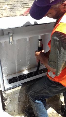 Mohamad construit un réseau d'eau potable