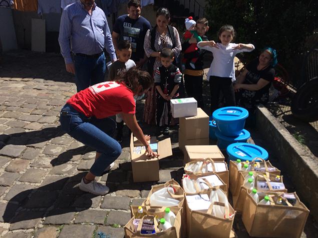 Distribution de kits d'hygiène par Première Urgence Internatioanle pour faire face à la transmission du COVID-19