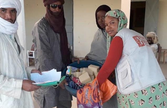 Distribution par première Urgence Internationale de kits compensatoires pour les accoucheuses traditionnelles recyclées au Mali