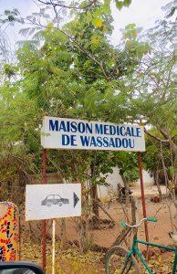 ©DavidSon L'entrée de la maison médicale de Wassadou