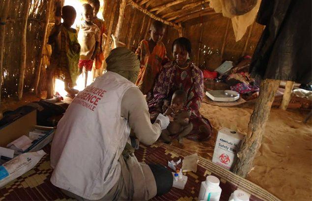 Vaccination de routine par l'infirmier Première Urgence InternationaleI sur le site Tinahar mai 2020