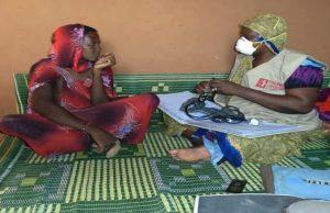 Consultation post-natale par la sage-femme Première Urgence Internationale sur le site Tahar (BARA) mai 2020