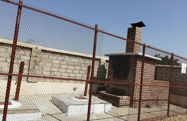 © Première Urgence Internationale - Incinérateur et fosse permettant de donner l'accès aux soins de santé à Jahzar au Yémen