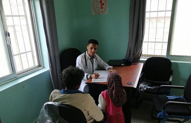 © Première Urgence Internationale | Consultation médicale à Jahzar par un médecin de l'ONG