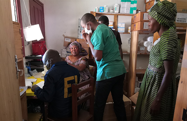 ©Première Urgence Internationale   Dépouillement des médicaments dans la pharmacie Ndélé, au premier plan on peut voir la gérante de la pharmacie de l'hôpital