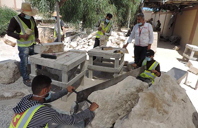 ©Première Urgence Internationale | Coordinateur terrain à gaza sur un minutieux travail de restauration en cours