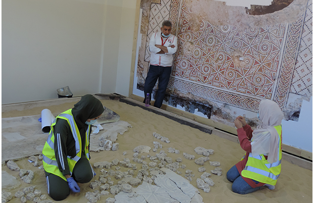 ©Première Urgence Internationale | Étudiantes en archéologie et architecture travaillant sur une mosaïque ancienne