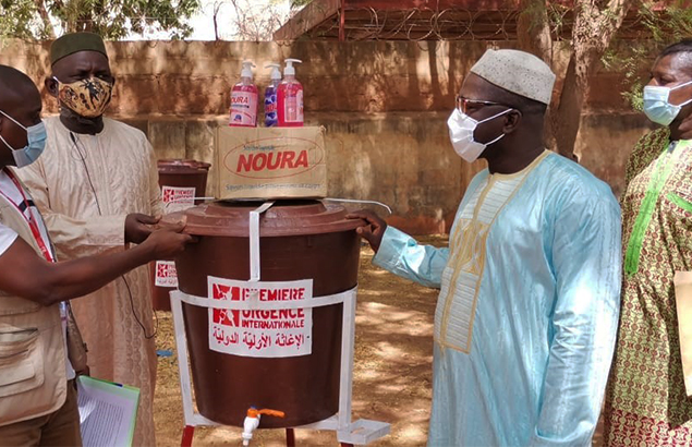 ©Première Urgence Internationale | COVID-19 pandemic in Mali, delivery of handwashing kits in the presence of representatives of the Pedagogical Animation Center (Centres d'Animation Pédagogique) of Mopti and Douentez in Séveré, April 2021